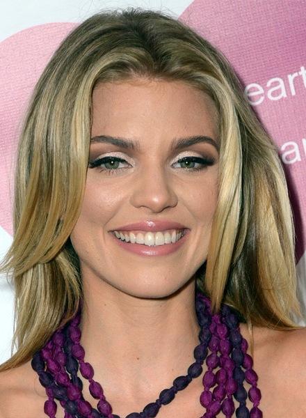 annalynne-mccord-medium-straight-hairstyle