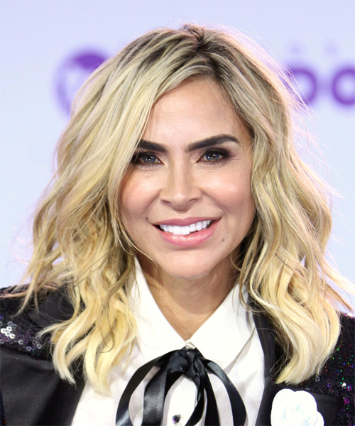aylin-mujica-medium-wavy-hairstyle