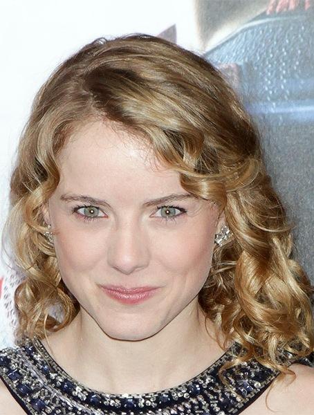 laura-wiggins-medium-curly-hairstyle