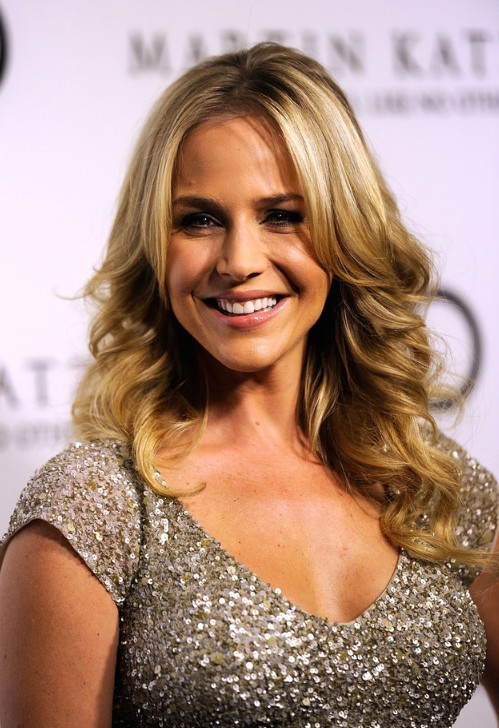 julie-benz-layered-long-middle-part-loose-wavy-hairstyle