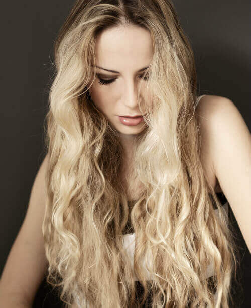 long-blond-hairstyle-with-beachy-waves