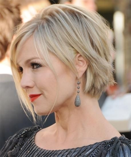 short-hairstyles-for-women-with-round-faces-layered-haircut