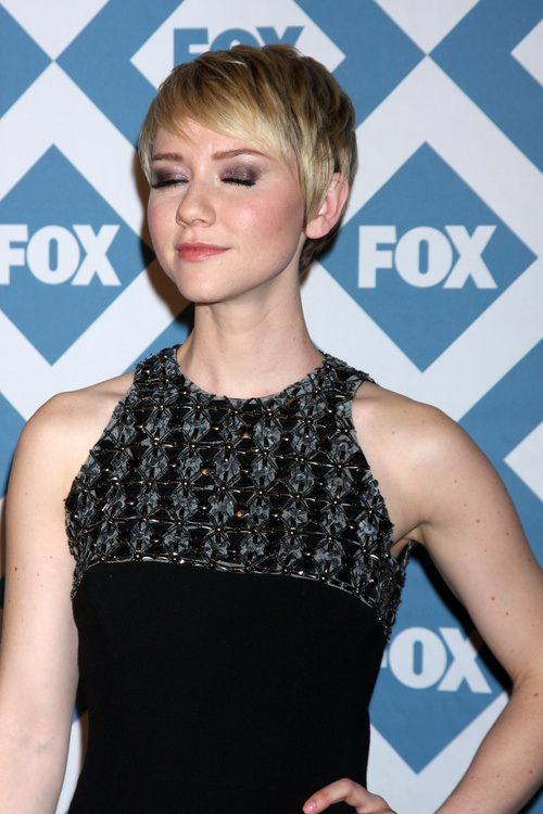 pixie-haircut-with-sideburns-for-a-round-face