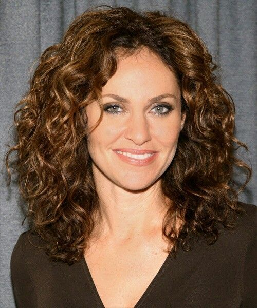 18 Superlative Medium Curly Hairstyles for Women ...