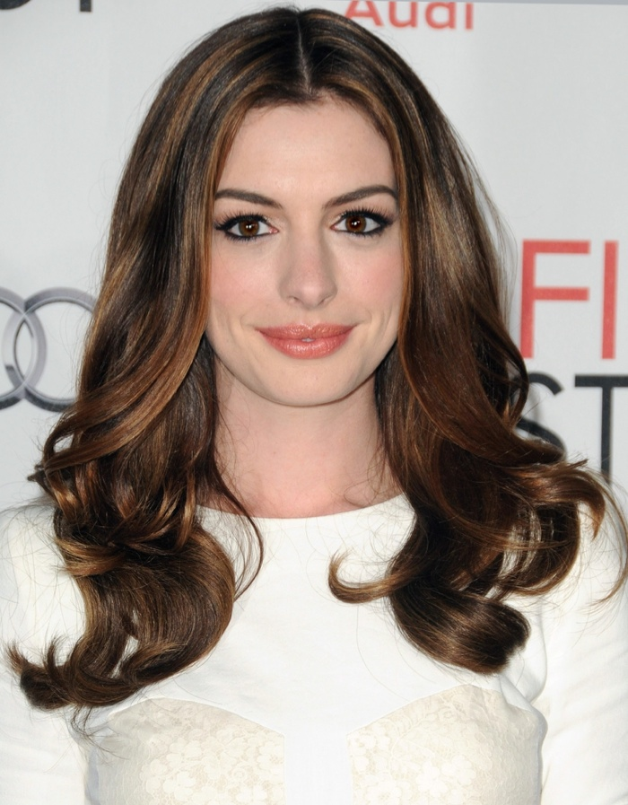Anne Hathaway Haircut 35 Anne Hathaway S Stylish Hair Looks Haircuts Hairstyles 2021